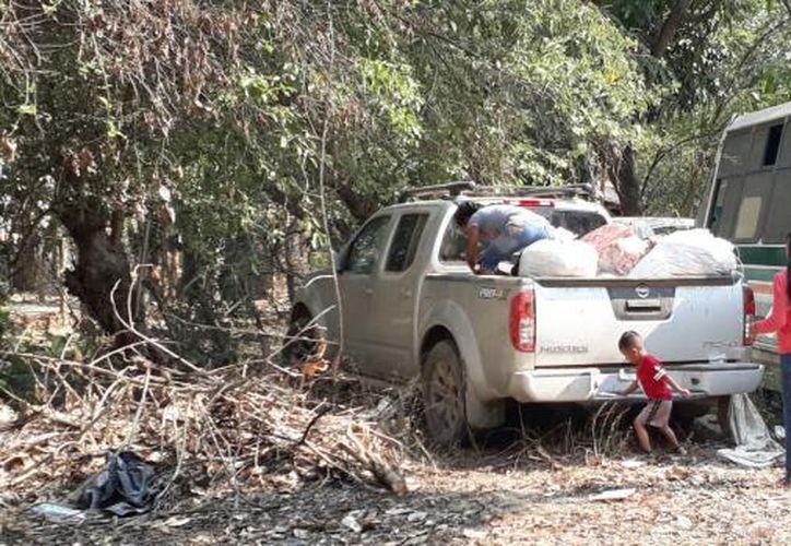 La mayoría de los habitantes decidieron subir a algunas camionetas sus pertenencias para huir de San Miguel Totolapan. Foto: SDP