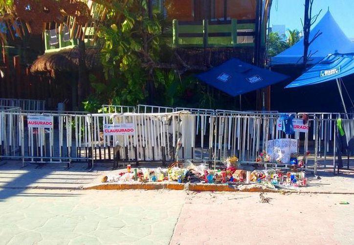 El club de playa continúa clausurado, y afuera hay una ofrenda dedicada a las víctimas de la balacera.(Foto: Daniel Pacheco)