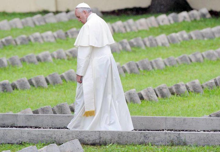 El Papa Francisco durante su visita al cementerio Austro-Húngaro de Fogliano Redipuglia, donde yacen los restos de miles de muertos en la Primera Guerra Mundial. (EFE)