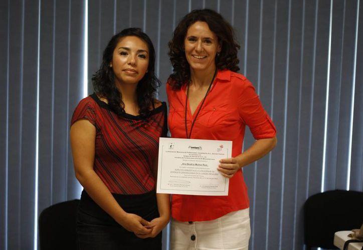 Entrega de reconocimiento a participante en el curso de aspectos ambientales. (Israel Leal/SIPSE)