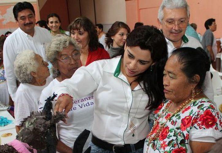 La presidenta del DIF Yucatán, Sarita Blancarte de Zapata, visitó este jueves cuatro municipios. (SIPSE)