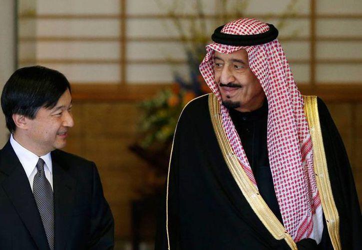 El nuevo rey de Arabia Saudí, Salman Bin Abdul Aziz al-Saud, nombró ya  a su sucesor. En la imagen, el monarca árabe aparece junto al príncipe Naruhito de Japón, en foto de archivo, en Tokio, el 24 de febrero de 2014. (AP)