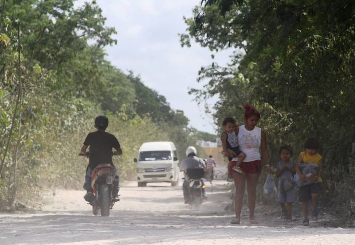 El camino ha sido utilizado desde que se comenzó a poblar el fraccionamiento; familias enteras transitan por él de día y de noche. (Octavio Martínez/SIPSE)