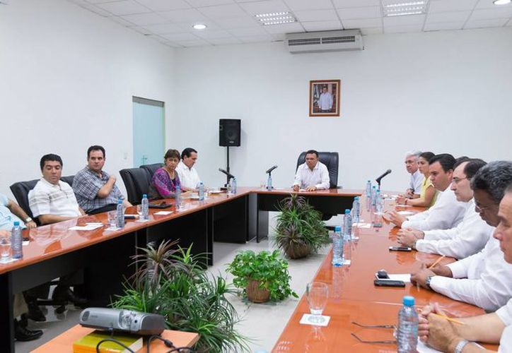 La reunión del gobernador de Yucatán, Rolando Zapata Bello, con el Consejo Coordinador Empresarial. (SIPSE)