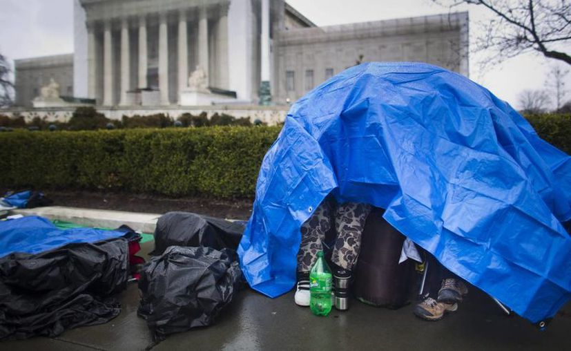 Activistas homosexuales neoyorquinos acampan enfrente del Tribunal Supremo de Washington. (EFE)