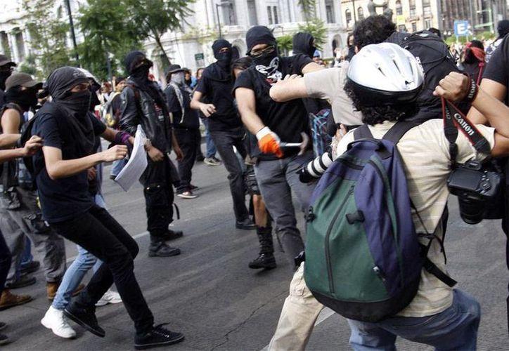 La CNDH hizo un llamado a las autoridades para que sancionen a los agresores de los periodistas, durante la marcha de aniversario del halconazo de 1971. (excelsior.com.mx)