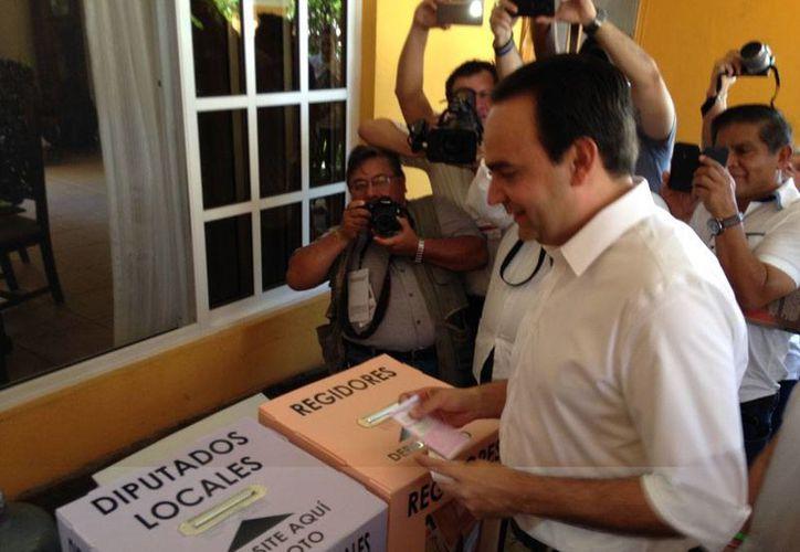 Nerio Torres Arcila, candidato del PRI a la presidencia municipal de Mérida, emitió su voto, cerca del mediodía. En entrevista, pidió a ciudadanos no perder la paciencia ante el retraso en apertura de las casillas. (Israel Cárdenas/SIPSE)
