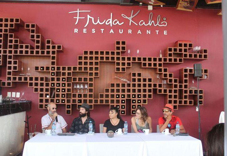 La rueda de prensa se realizó en un restaurante de la Quinta Avenida. (Foto: Daniel Pacheco/SIPSE)