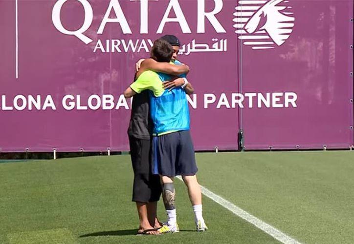 El brasileño hizo su aparición y de inmediato su amigo Messi se dirigió a él. (Captura de Pantalla).