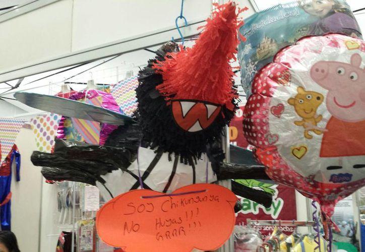 Imagen de la piñata del mosco transmisor del Chikungunya y Dengue en la Expo Feria del Comercio en el Siglo XXI. (Candelario Robles/SIPSE)