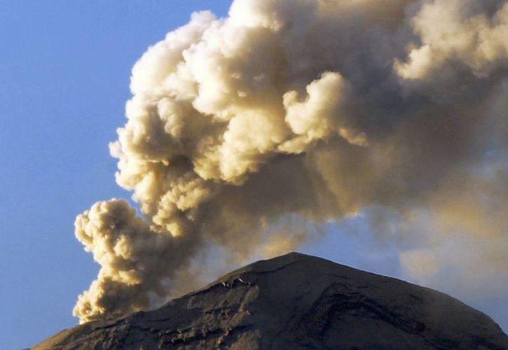 El Popocatépetl continúa con su actividad y el Semáforo de Alerta Volcánica se mantiene en Amarillo Fase 3. Imagen tomada desde Amecameca. (Notimex)