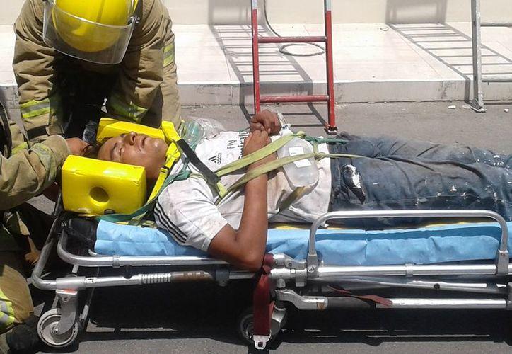 Acudieron bomberos para apoyar el descenso de Antonio y fuera llevado al hospital. (Foto: SIPSE)