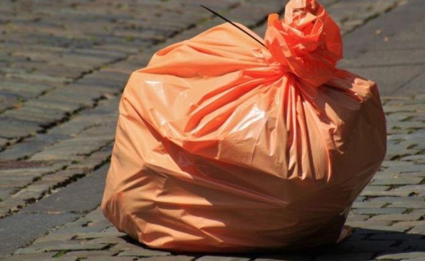 La mujer  arrojó el cuerpo de su hijo a la basura en el garaje, envuelto en una bolsa de plástico.  (Phere)