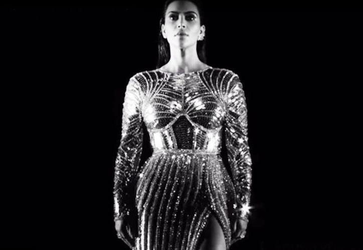 Kim Kardashian, esposa de West aparece con el mismo atuendo de la MET Gala (Captura de pantalla de YouTube/KanyeWest)