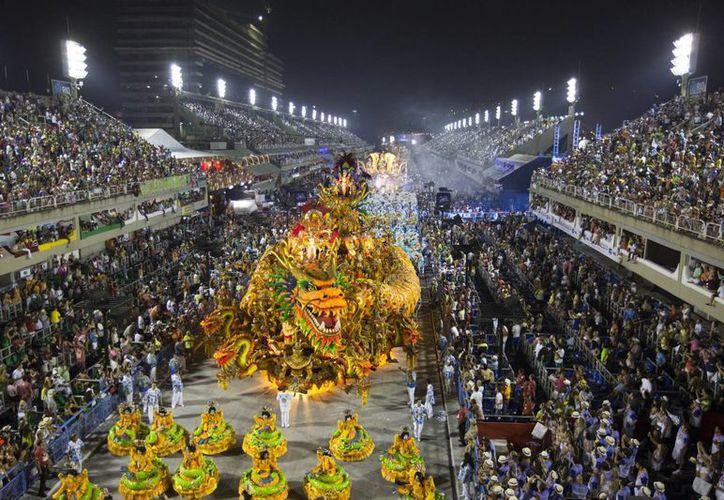 Una de las escuelas de samba que más sorprendió fue la de Beija-Flor por sus  innovaciones tecnológicas. (Agencias)