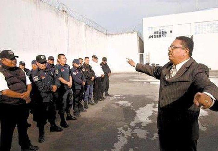 El reverendo José de Jesús Huerta al impartir una clase a agentes de Policía Municipal (Milenio Digital)