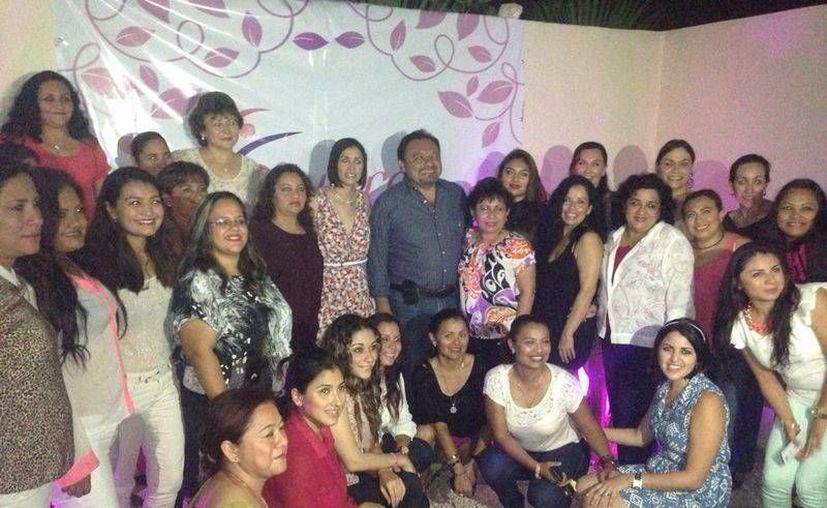 El diputado Francisco Torres Rivas acompañado de integrantes de la agrupación civil 'Mujeres con Valor'. (Cortesía)