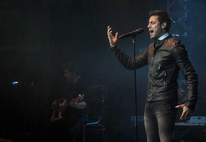 Carlos Rivera grabó junto con la actriz Ana Brenda Contreras el video del sencillo '¿Cómo Pagarte?', incluido en su disco 'Con ustedes… Car10s Rivera en vivo', en la foto Rivera durante un concierto en Madrid. (Notimex)