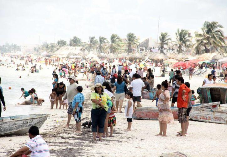 Los paseantes aprovecharon el buen clima para disfrutar de las playas yucatecas, aunque no fue lo esperado por los comerciantes. (Jorge Acosta/SIPSE)