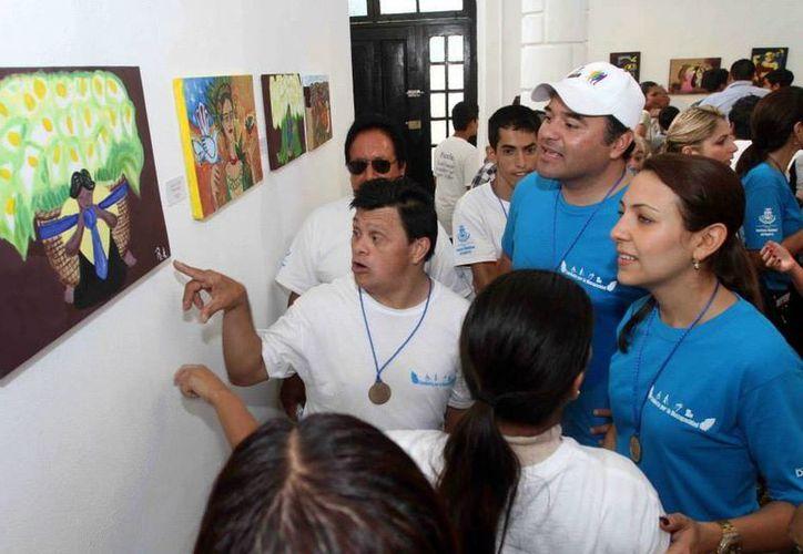 En el taller de pintura de <i>La Ceiba</i>, que dio pie a la exposición Con otra mirada, participan niños con discapacidad. (Milenio Novedades)