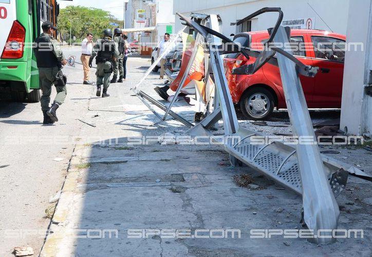 El conductor de una camioneta a la que le fallaron los frenos chocó contra un paradero, varios autos estacionados, un camión y hasta una señal de tránsito. (Victoria González/SIPSE)