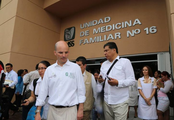 José Antonio González Anaya realizó un recorrido por la clínica número 16. (Israel Leal/SIPSE)