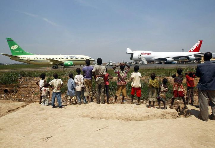 Al menos seis personas murieron tras un ataque al aeropuerto más grande del este del Congo. Imagen de unos niños de un campo de refugiados cercano al aeropuerto de Mpoko observan un avión de carga en un aeropuerto del Congo. (EFE/Archivo)