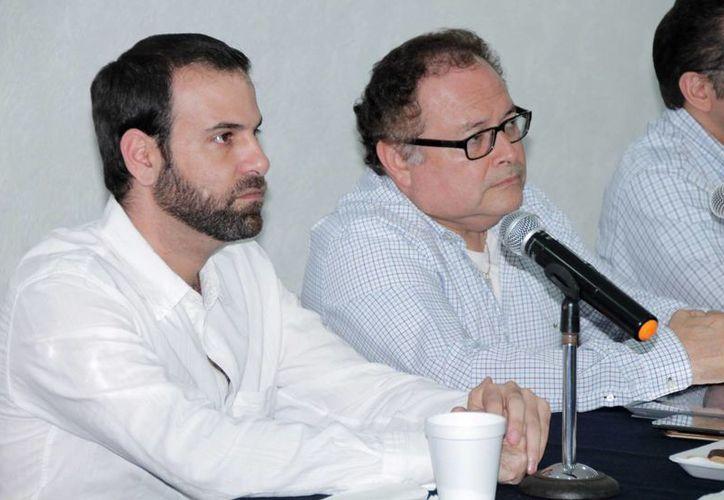 Empresarios afiliados a la Canaco Servytur de Mérida, cuyo titular es Juan José Abraham Daguer (foto-i), recibieron en su sede al secretario de Fomento Económico, Ernesto Herrera Novelo. (Milenio Novedades)
