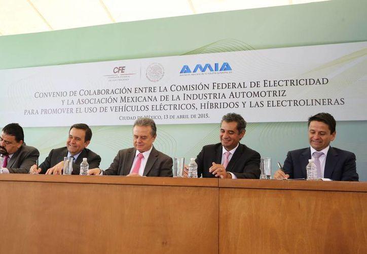 La CFE y la AMIA firmaron un convenio para promover el uso de vehículos eléctricos, híbridos y las electrolineras.(Notimex)