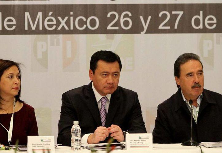 Osorio Chong (c) aseguró que el tema de la seguridad no se resolverá de la noche a la mañana. (Notimex)