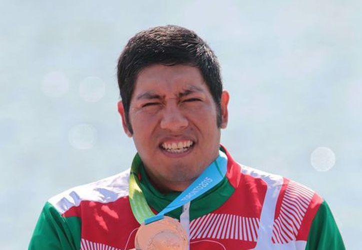 José Everardo Cristóbal Quirino muestra la presea de bronce obtenida en la final de  Canotaje C1 1000 metros, esta mañana en Toronto. (Conade)