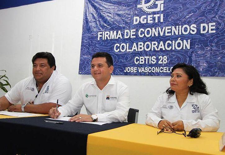 Se firmó el convenio para mejorar la educación en la isla. (Cortesía/SIPSE)