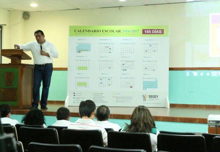 El secretario de Educación, Víctor Caballero Durán, presentó los datos sobre la elección que cada escuela hizo del calendario que regirá para el ciclo 2016-2017. (José Acosta/SIPSE)