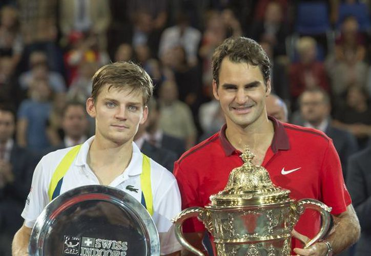 Roger Federer (d) y David Goffin celebran con sus galardones al término de la final del torneo de Basilea. (Fotos: AP)