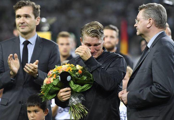 Schweinsteiger ganó el mundial 2014, con la selección alemana, además de que participó en varios torneos internacionales con su selectivo. En la foto, el mediocampista recibe un reconocimiento por parte de los directivos alemanes. (Martin Meissner/AP)