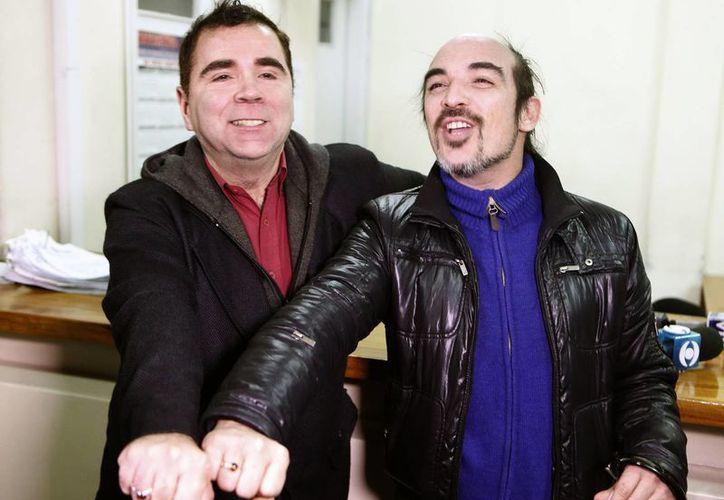 Rodrigo Borda y Sergio Miranda posan mostrando sus anillos luego de cumplir el trámite de inscribirse para contraer matrimonio. (EFE)