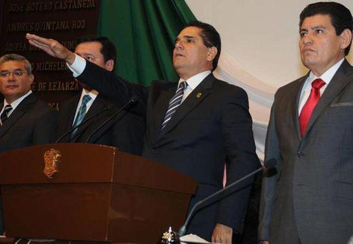 En sesión solemne de la LXXIII Legislatura estatal, Silvano Aureoles rindió hoy protesta como gobernador de Michoacán. (@gobmichoacan)