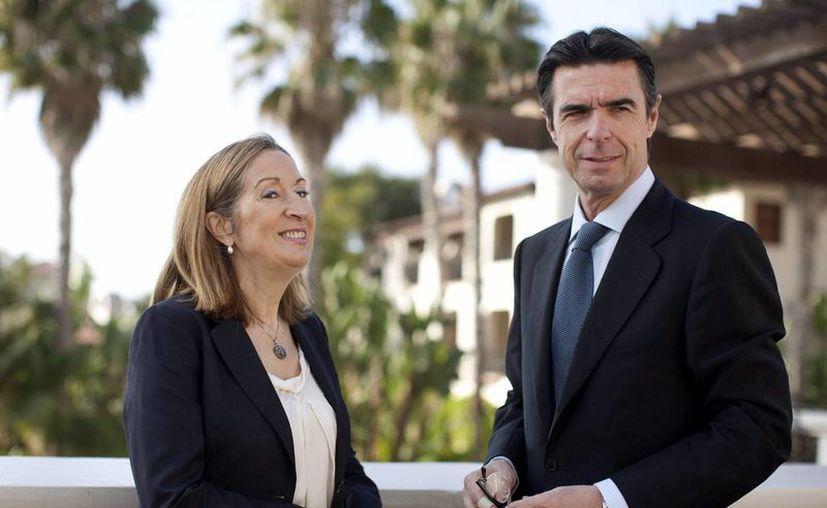 La ministra de Fomento, Ana Pastor (izq) y el ministro de Industria, José Manuel Soria (der), posan con motivo de su participación en el XVIII Foro Estados Unidos-España, que se celebra en Santa Bárbara, California. (EFE)