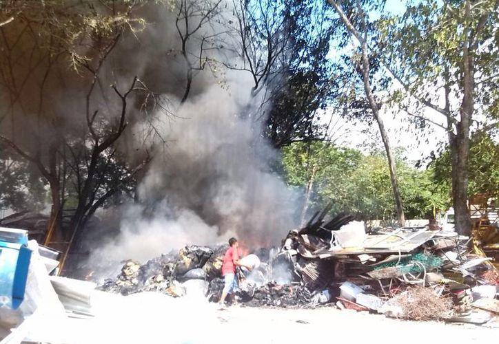 Una chispa de un soplete fue la causa del incendio ocurrido ayer en una chatarrería de Playa del Carmen. (Redacción/SIPSE)