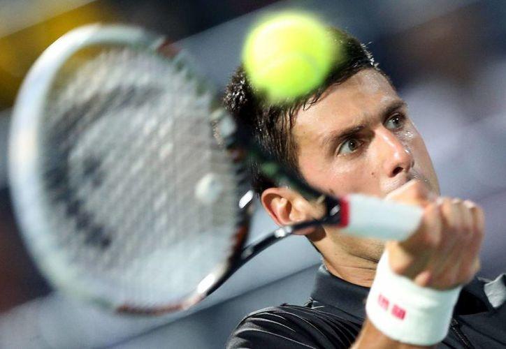 Djokovic devuelve una bola al español Roberto Bautista-Agut, durante el partido de segunda ronda del torneo de Dubai. (EFE)
