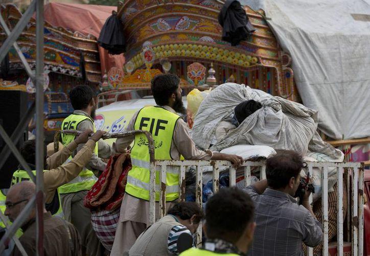 Ell colapso de la construcción ocurre una semana del sismo de magnitud 7.5 grados que sacudió el norte de Pakistán, causando la muerte de 273 personas. La imagen es del sismo mencionado. (Archivo/AP)