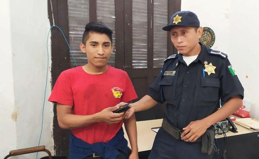 La policía se encargó de devolverle la cartera a su dueño. (PMM)