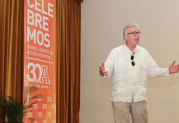 El director general de Relaciones Públicas de Ópticas Devlyn, Patrick Devlyn, durante la conferencia en la Universidad Anáhuac Mayab. (SIPSE)