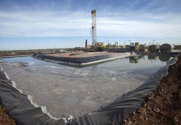 """Imagen de actividades de preparación para extraer petróleo mediante la técnica del """"fracking"""". (Archivo/EFE)"""