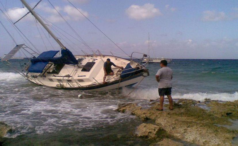 Hasta la tarde del viernes no había sido posible volver a la embarcación hacia su posición original. (Marco Do Castella/SIPSE)