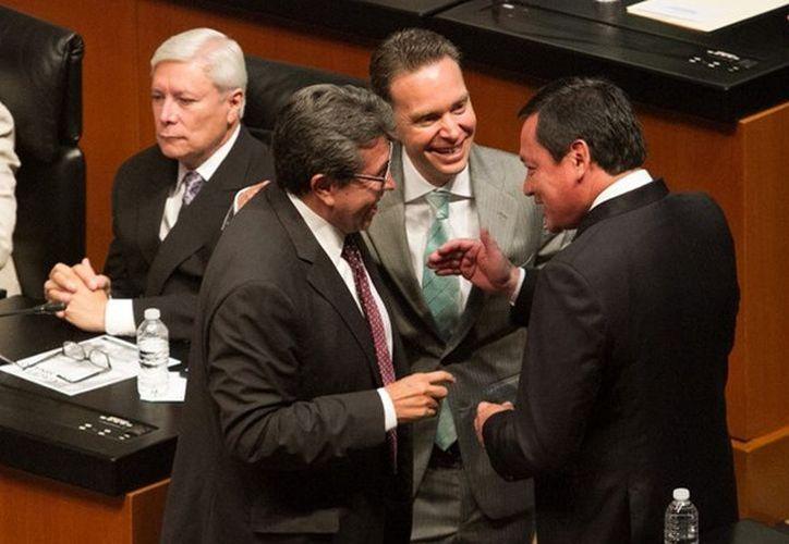 Manuel Velasco (centro) dialoga con Ricardo Monreal Ávila (izquierda) y Miguel Ángel Osorio Chong. (Internet)