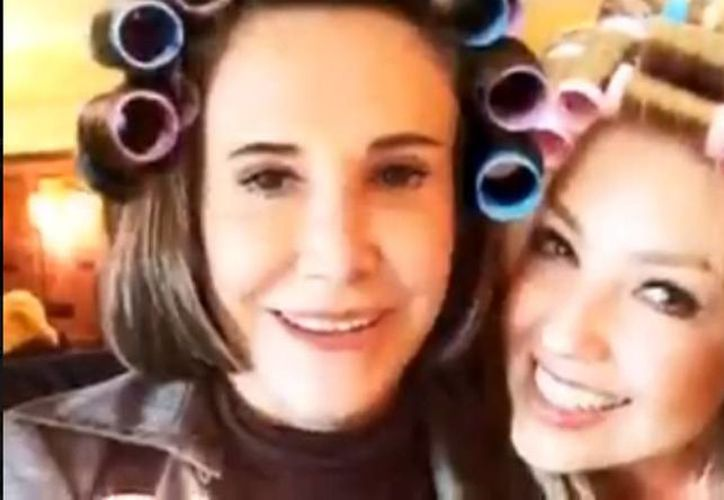 """Al finalizar la platica aparece una fotografía de las actrices con un montaje del clásico peinado de """"De Doña Florinda"""". (facebook.com/Thalia)"""