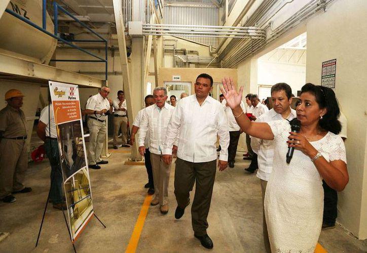 El gobernador de Yucatán, Rolando Zapata Bello (en segundo plano), inauguró ayer la planta de fabricación de alimentos para animales, en Umán. (Cortesía)