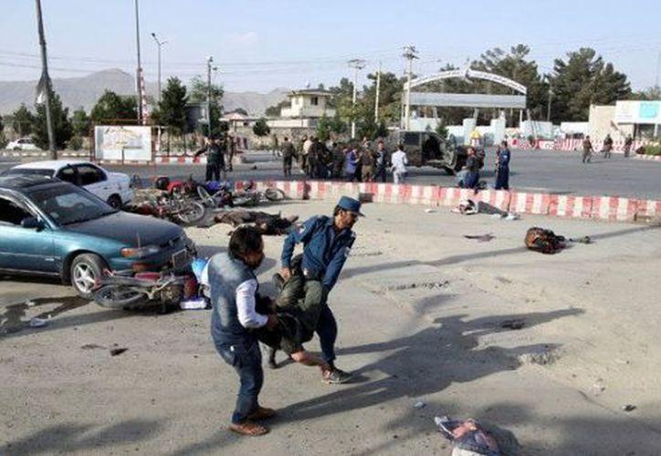 La comitiva de Dostum salió del aeropuerto por la puerta principal para dirigirse hasta su oficina. (Notimex)