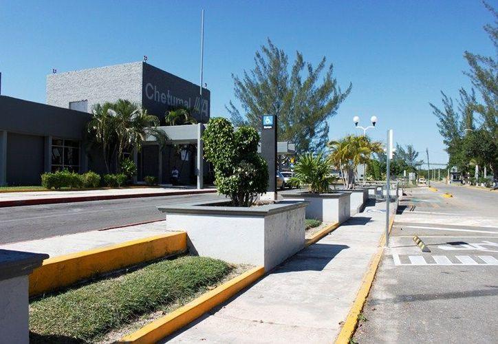 La terminal aérea internacional, construida sobre 140 hectáreas propiedad del ejido no ha sido regularizada por la Federación. (Ernesto Neveu/SIPSE)